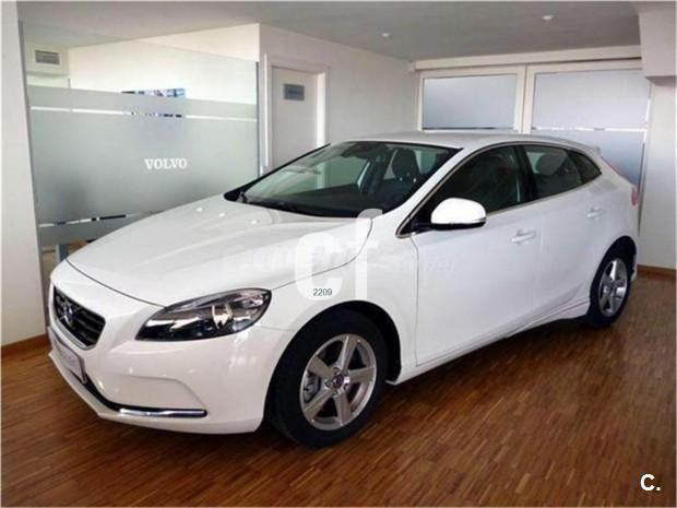volvo v40 berlina 1 6 d2 momentum diesel de km0 de color blanco s lido en madrid 31420554. Black Bedroom Furniture Sets. Home Design Ideas