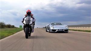 Porsche 918 Spyder vs Yamaha YZF-R1, con Michelin